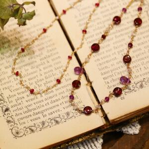 Lesson 2 【メガネ留めのネックレス】 アンティークジュエリーでもよく用いられる天然石のネックレスやブレスレットの組み物でもっとも有名で基礎的な技術の一つです。