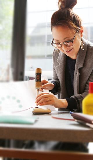 ジュエリースクールインストラクターとして活躍する道も開ける、 「銀粘土技能認定」はオススメの資格です