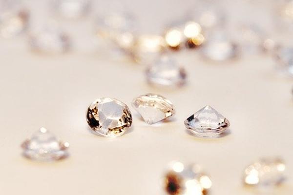 4月 ダイヤモンド 石言葉:永遠の絆・清浄無垢・不滅・恋の勇気と勝利・潜在意識を引き出す