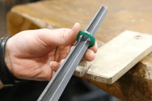 2.サイズ出し 完成のサイズまで内側を削り、号数を合わせていきます。