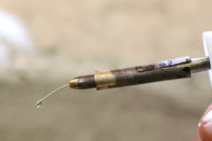 3.ワックスペンですくい上げる 特別レッスンで作ったペン先に2で作ったワックスのしずくをすくい上げます。
