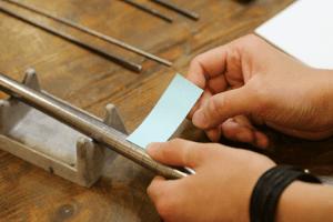 3.リング状にするための下準備 作りたい号数に合わせるため、サイズ棒に付箋を巻き付け、木芯棒にそのまま通していきます。