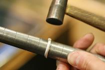 LESSON2 サイズ直し 完成した指輪のサイズアップ・サイズダウンの手法を学びます。