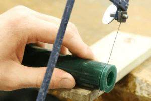 1.必要な分をカット 筒状のチューブワックスから必要な分を糸鋸でカットします。