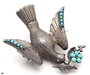 アンティークで用いられていた鳩モチーフには 2つ意味が込められています
