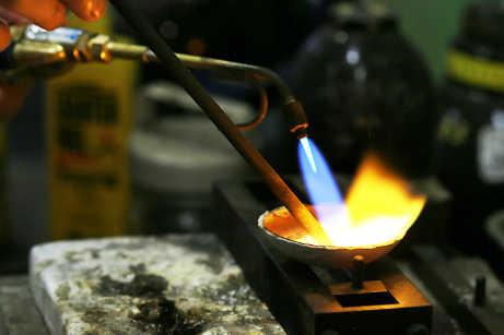 地金を溶かし始めたら、炭素棒を使用してグルグルと混ぜていきます
