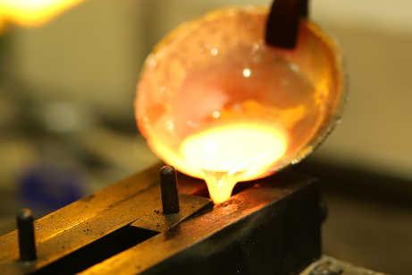 地金を金型に流し込む際、しっかり金型を温めてから気持ちを整えて一気に流し込みます