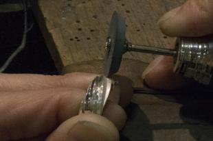 市販のシリコンポイントは、その形状のまま使用するのではなくダイヤモンドヤスリなどに当てて鋭角な角度を作ります