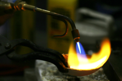 地金が溶けてきたら、しっかり不純物の除去と空気を抜いていきます