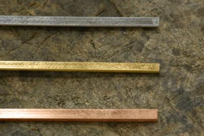 地金の長さを出していきます。 三連リングはリングとリングが重なり合うため、厚さが場所によって異なってきます。