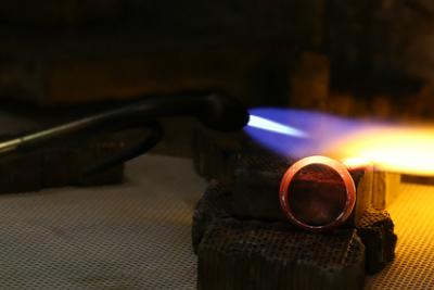 各金種、それぞれ一度リングを作ります。 ここで、プラチナ・K18YG・P18PGのロウ付けや火力の違いを学んでいきます。