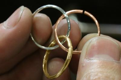 出来たリング正円にしてからをカットし、智絵の輪の要領で3本を繋げていきます