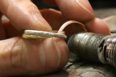 最後に仕上げの磨きを行います。 磨く際に他の2本がガチャガチャとぶつかると傷が出来てしまうので、指でしっかり固定しながら磨いていきましょう。