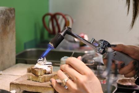 バーナーなどで熱を加えて軟らかくすることにより次の作業をやりやすくする為の工程である「焼きなまし」