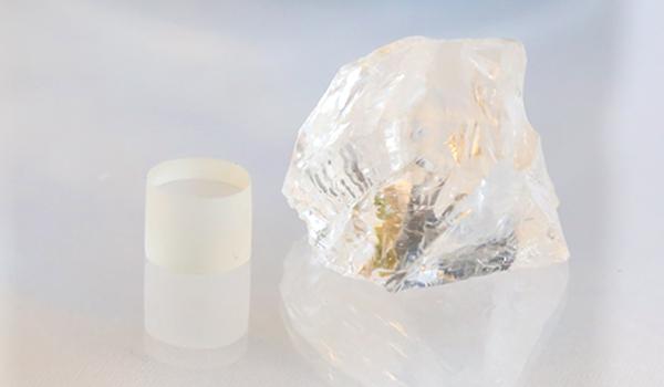 水晶を使用して、原石からサイズ通りの綺麗な円柱状を削り出していくカリキュラム
