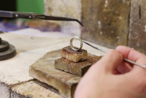 金属と金属をロウと呼ばれる合金を接着剤として溶接する(くっつける)工程をジュエリー加工ではロウ付けと呼びます
