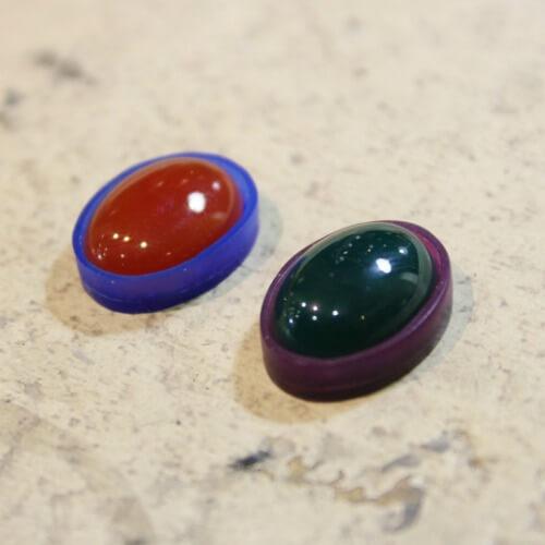 覆輪留めは、代表的な石留めの一つであり、石の数やデザインで無限大に作品を作っていける技術