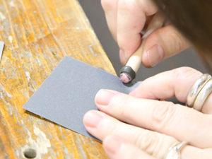 微調整 紙やすりやスポンジヤスリで、 滑らかな曲面に仕上げていきます。