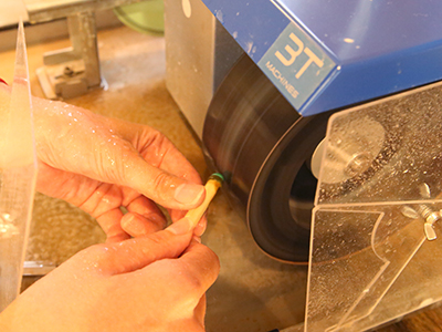 研磨 大きな研磨機を使って、一気にカボションの形へ 整形していきます。