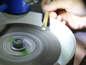 ざっくり形出し 小さな研磨機を使用して四角い石から 大まかなドーム型に整えます。