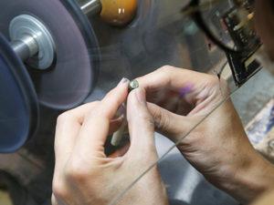 ピカピカ仕上げ バフという研磨機でピカピカな光沢が出るまで 一気に磨き上げていきます。